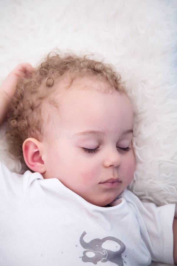 Bebê com o sono das ondas relaxado psd fotos de stock