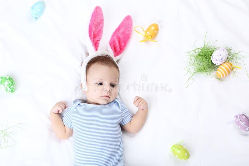 Bebê com ovos da páscoa imagem de stock royalty free