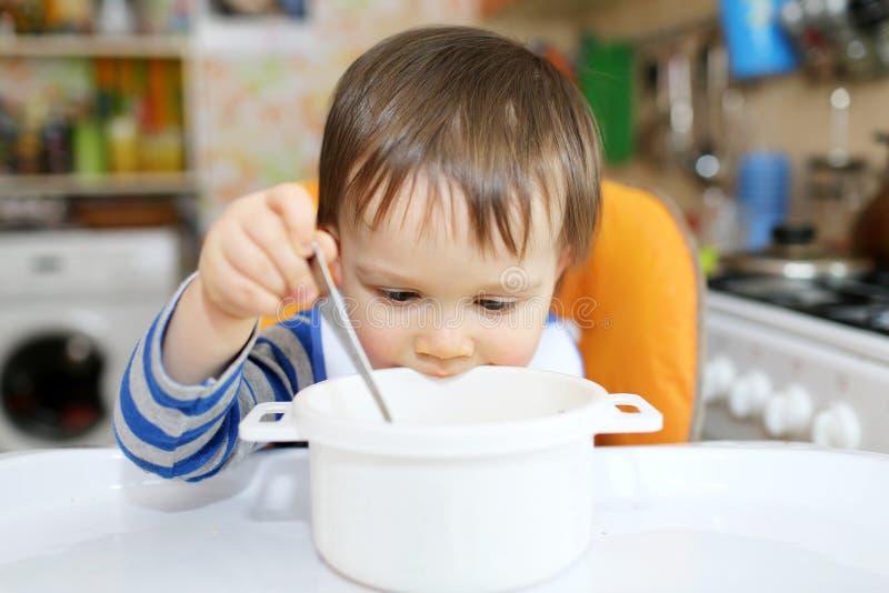 Bebê com placa vazia fotografia de stock royalty free