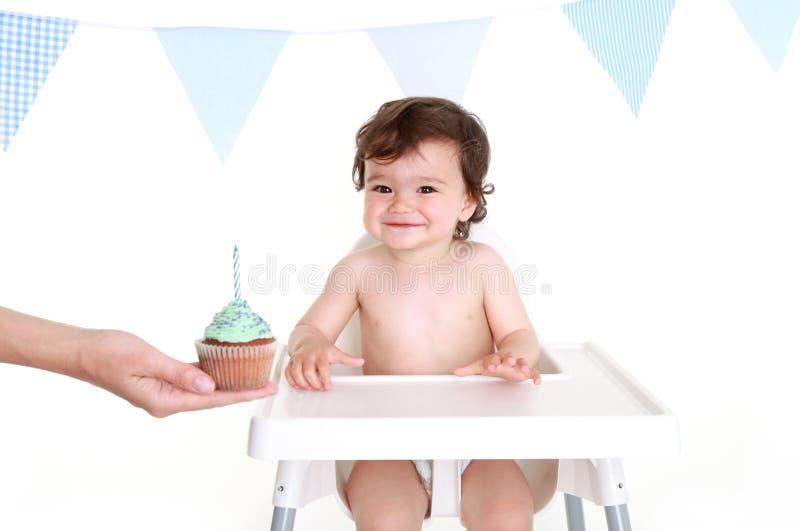 Bebê com queque fotos de stock