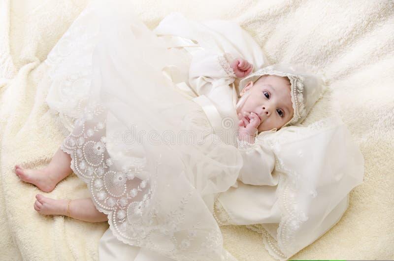 Bebê com roupa do batismo imagem de stock