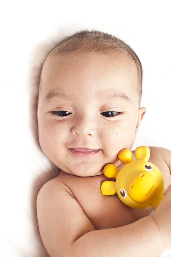 Bebê com um brinquedo sair os dentes fotografia de stock royalty free