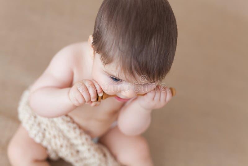 Bebê com uma colher de madeira do mel - ângulo alto foto de stock royalty free