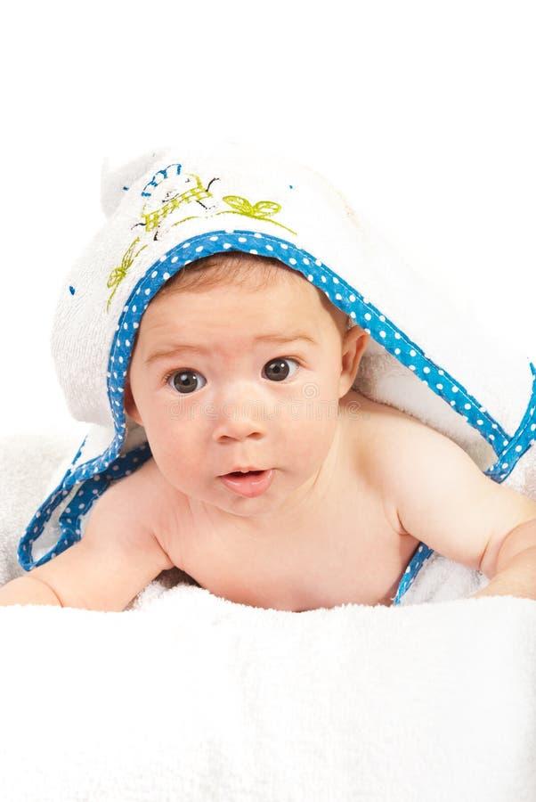 Bebê curioso após o banho imagem de stock