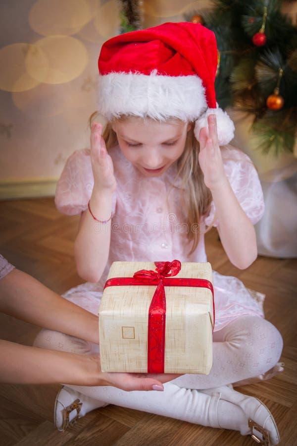 Bebê da criança que recebe o milagre do Natal foto de stock royalty free