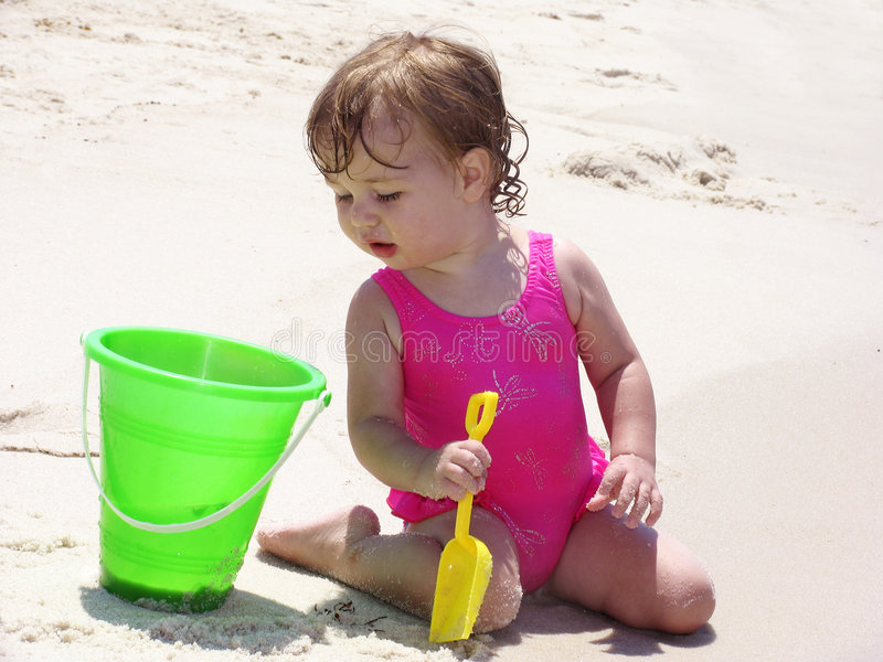Bebê da praia com cubeta fotografia de stock royalty free