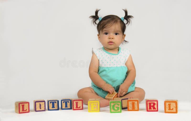 Bebê da raça misturada com blocos do brinquedo foto de stock royalty free