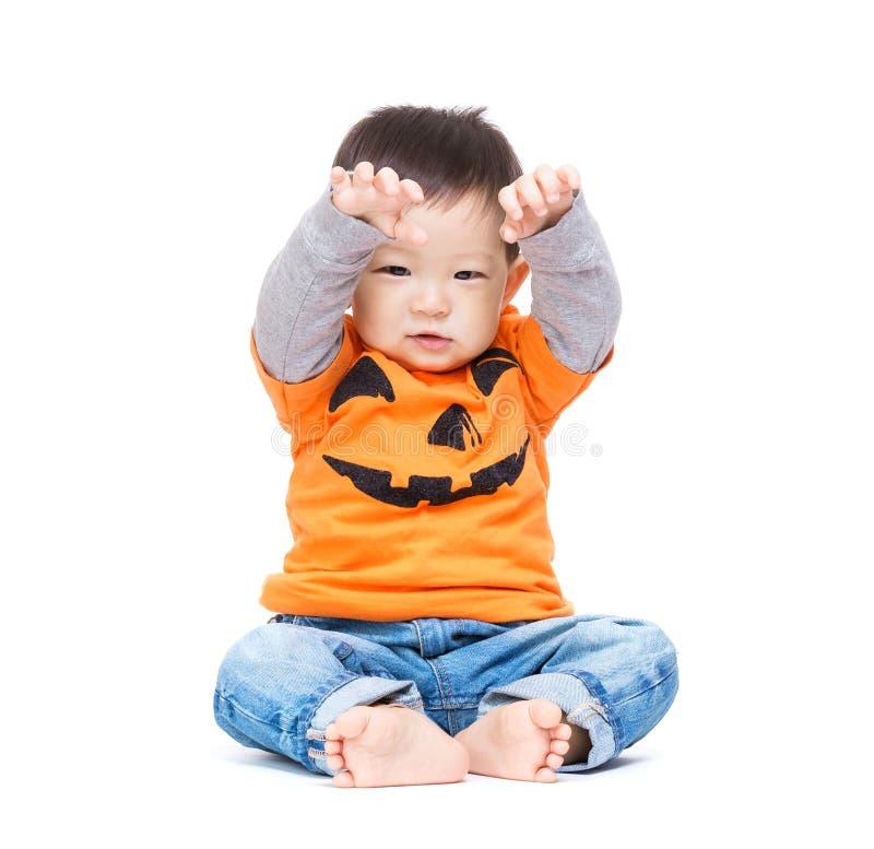Bebê de Ásia com molho e mãos do Dia das Bruxas acima imagens de stock