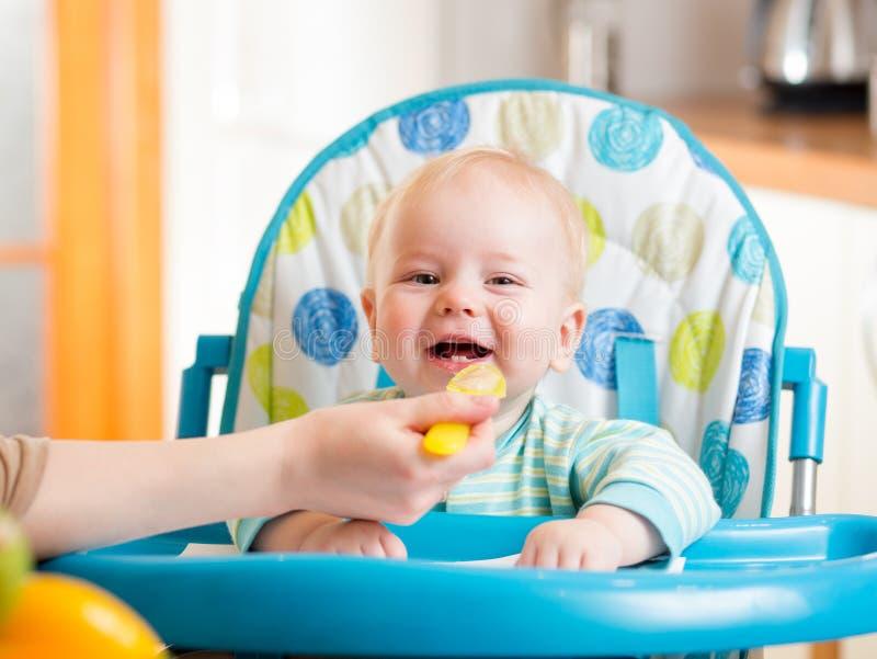 Bebê de alimentação da mãe fotos de stock royalty free