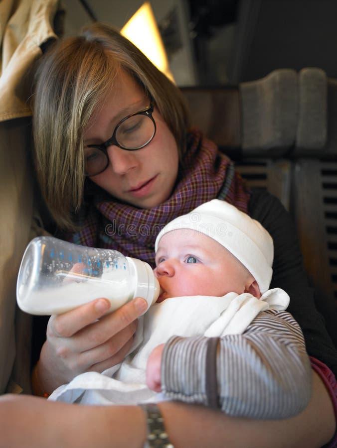 Bebê de alimentação da matriz imagem de stock