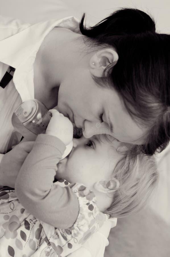 Bebê de alimentação da matriz imagens de stock