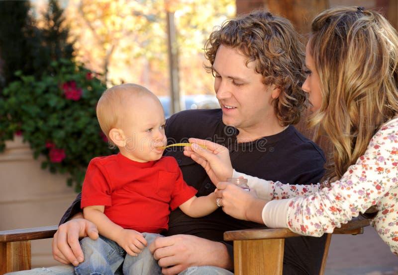 Bebê de alimentação da matriz ao ar livre imagens de stock royalty free