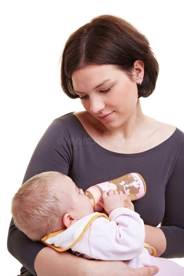 Bebê de alimentação da matriz com leite imagem de stock