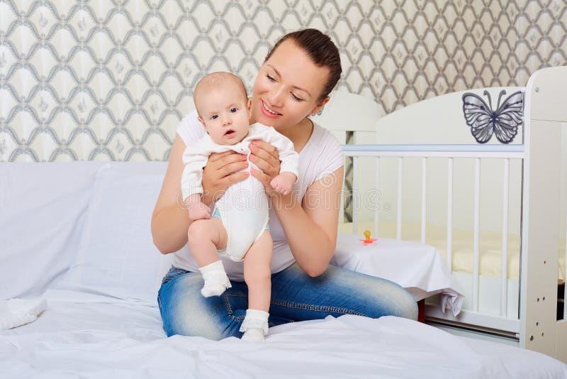 Bebê de ensino da mamã a andar Bebê, criança, recém-nascida fotografia de stock
