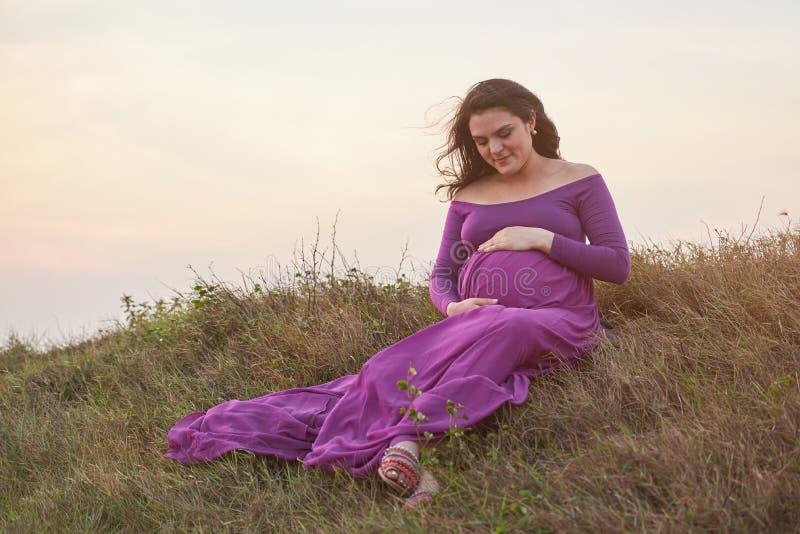 Bebê de espera da jovem mulher fotografia de stock royalty free