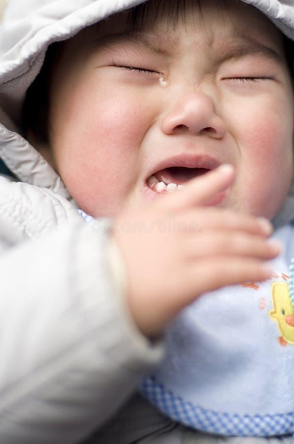 Bebê de grito com rasgo foto de stock royalty free