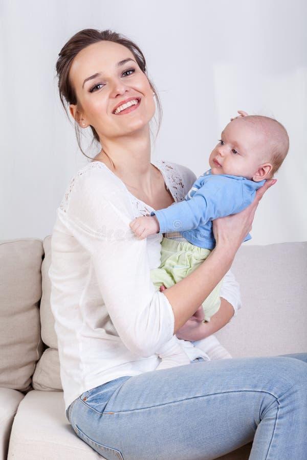 Bebê de inquietação do Mum em seus braços imagens de stock royalty free