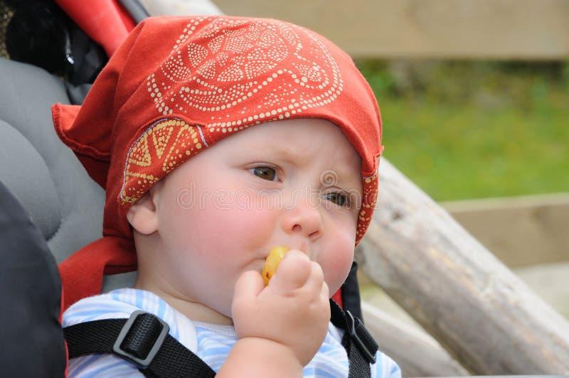Bebê de Litle que come o biscoito fotografia de stock royalty free