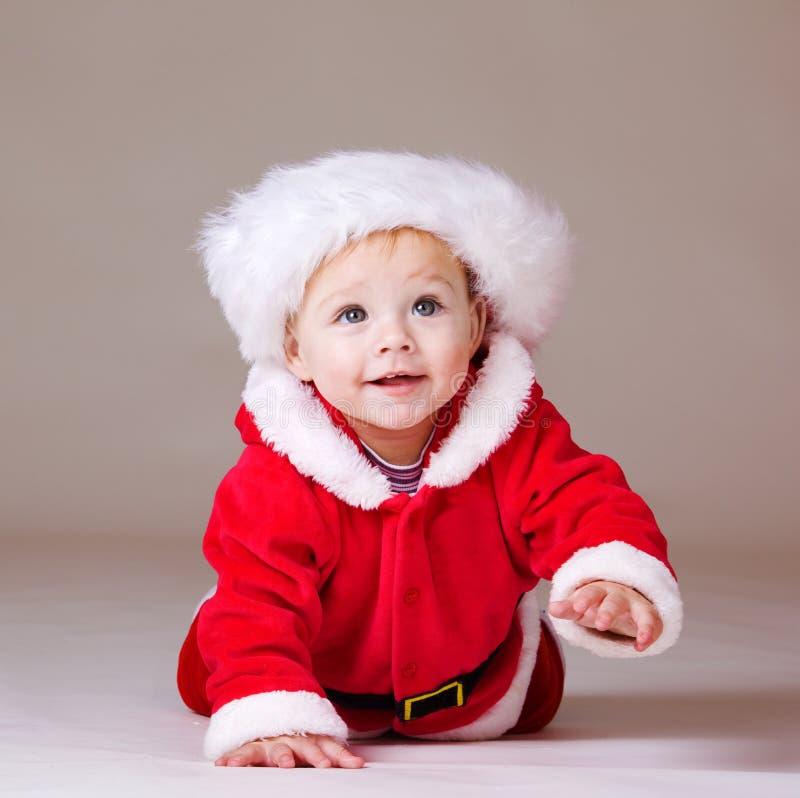 Bebê de rastejamento do Natal fotos de stock
