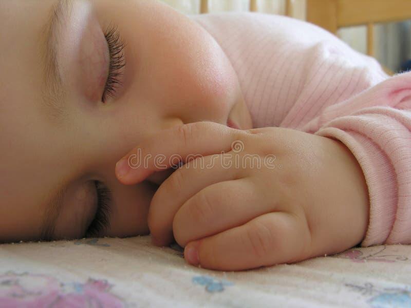 Bebê de sono com mão 2 fotografia de stock royalty free