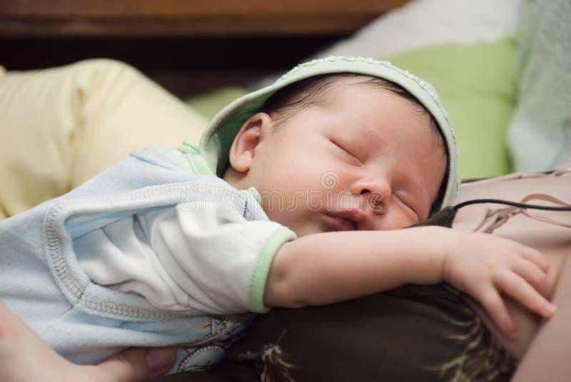 Bebê de sono recém-nascido fotos de stock