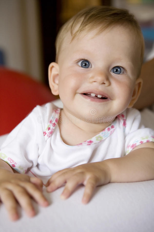 Bebê de sorriso bonito pequeno imagem de stock