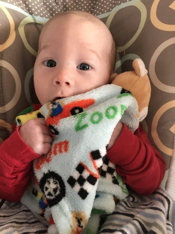 Bebê de sorriso com cobertura imagens de stock