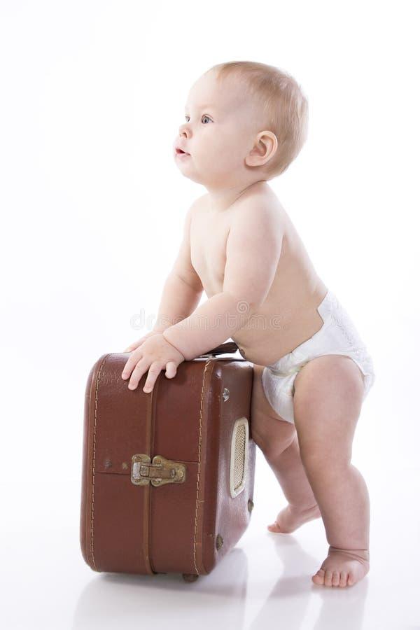 Bebê de sorriso em um tecido que senta-se no assoalho fotos de stock royalty free
