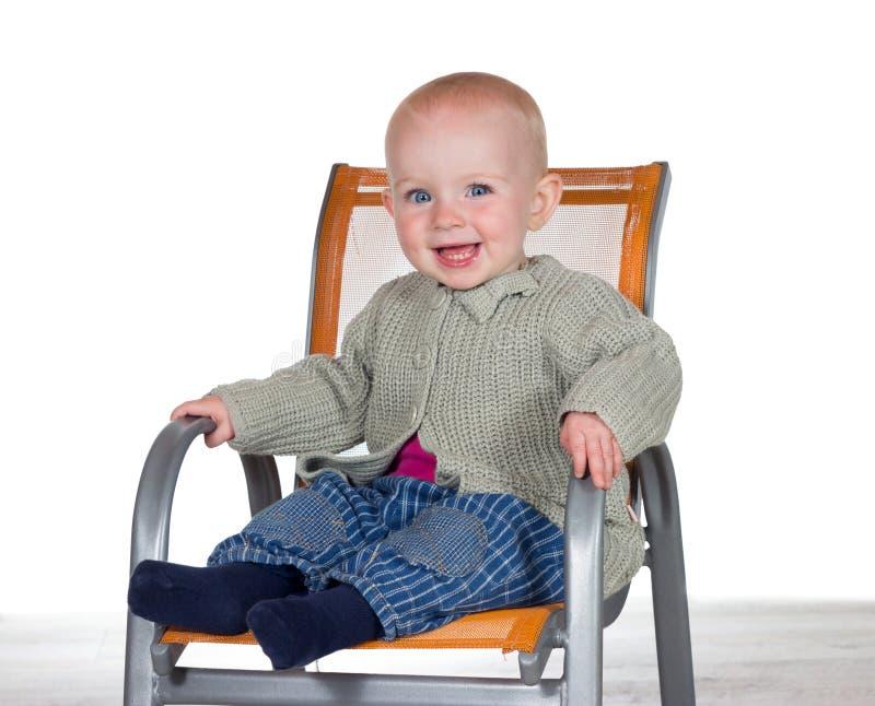 Bebê de sorriso feliz em um highchair imagens de stock