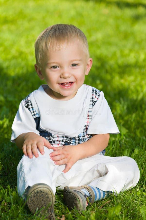 Bebê de sorriso na grama foto de stock royalty free