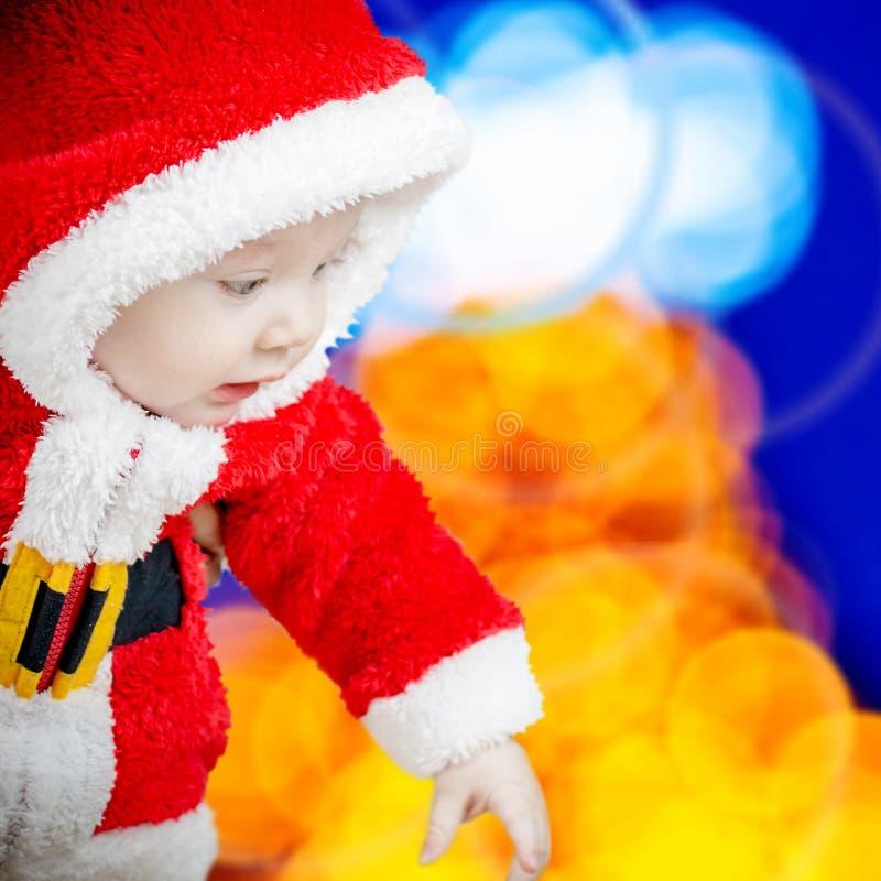 Bebê de sorriso no vestido de Santa Claus imagem de stock