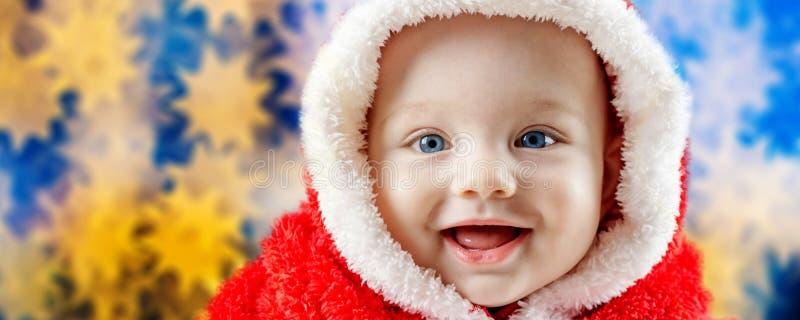 Bebê de sorriso no vestido de Santa Claus fotos de stock royalty free