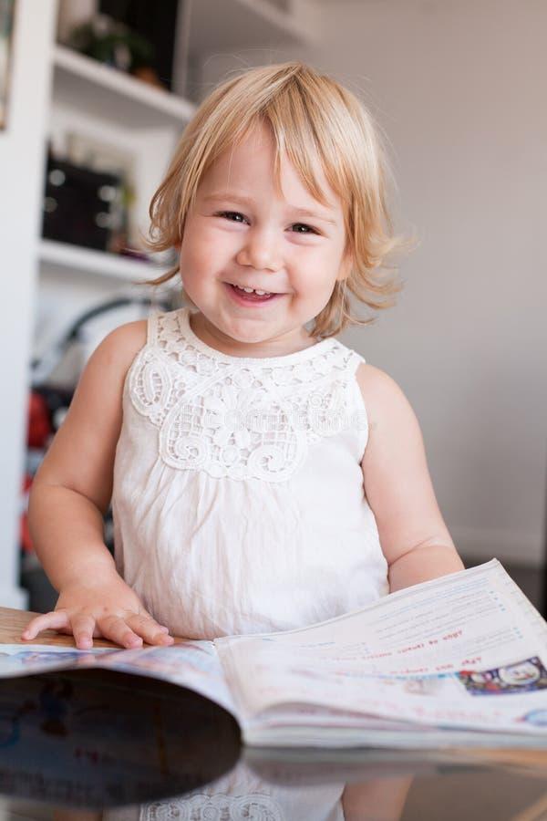 Bebê de sorriso que manuseia o compartimento foto de stock royalty free