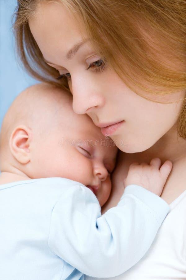 Bebê de três meses velho em suas mãos das matrizes. foto de stock royalty free