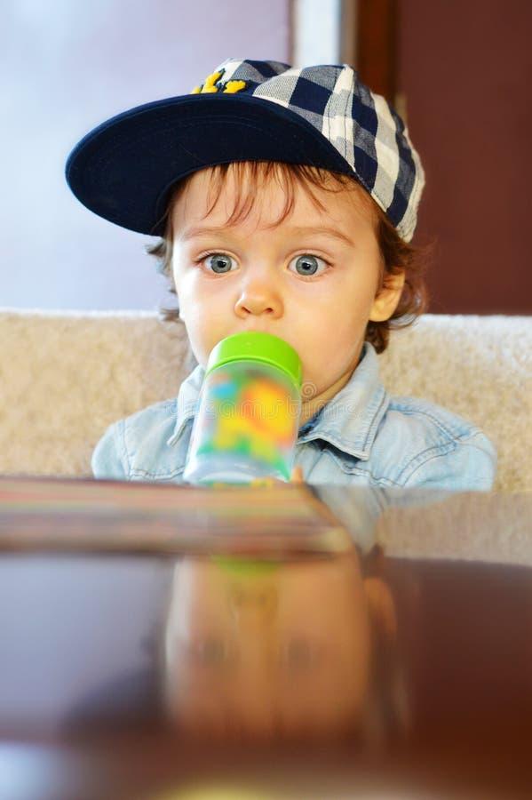 Bebê de um ano bonito no lugar do café foto de stock