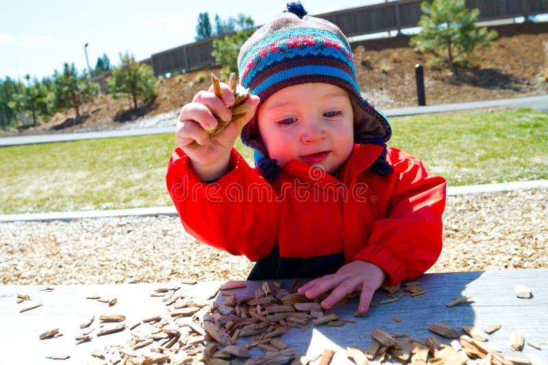 Bebê de um ano que joga no parque foto de stock royalty free