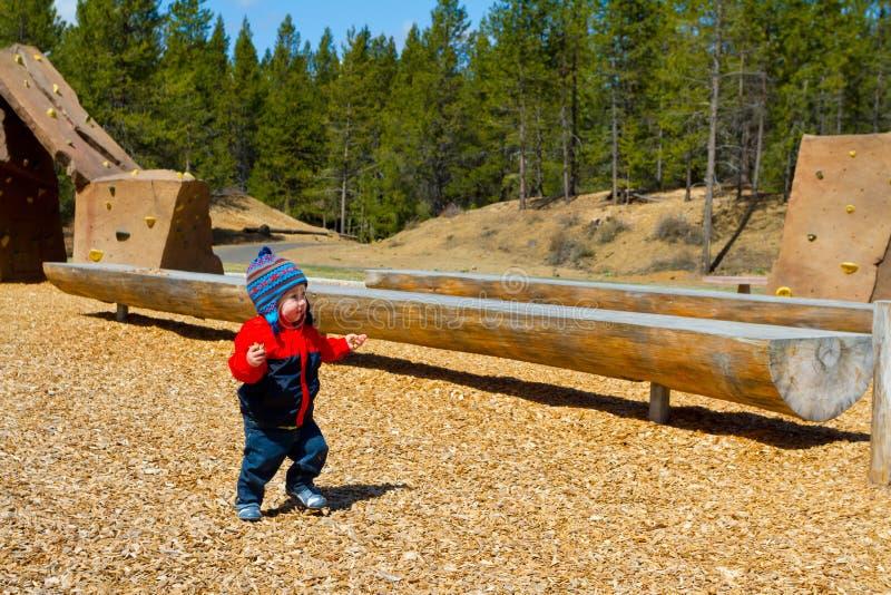 Bebê de um ano que joga no parque fotos de stock royalty free