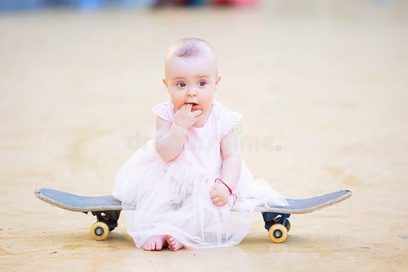 Bebê descalço lindo no skate fotos de stock