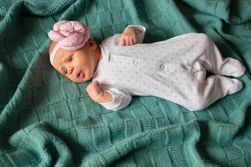 Bebê descontentado na cama imagem de stock royalty free