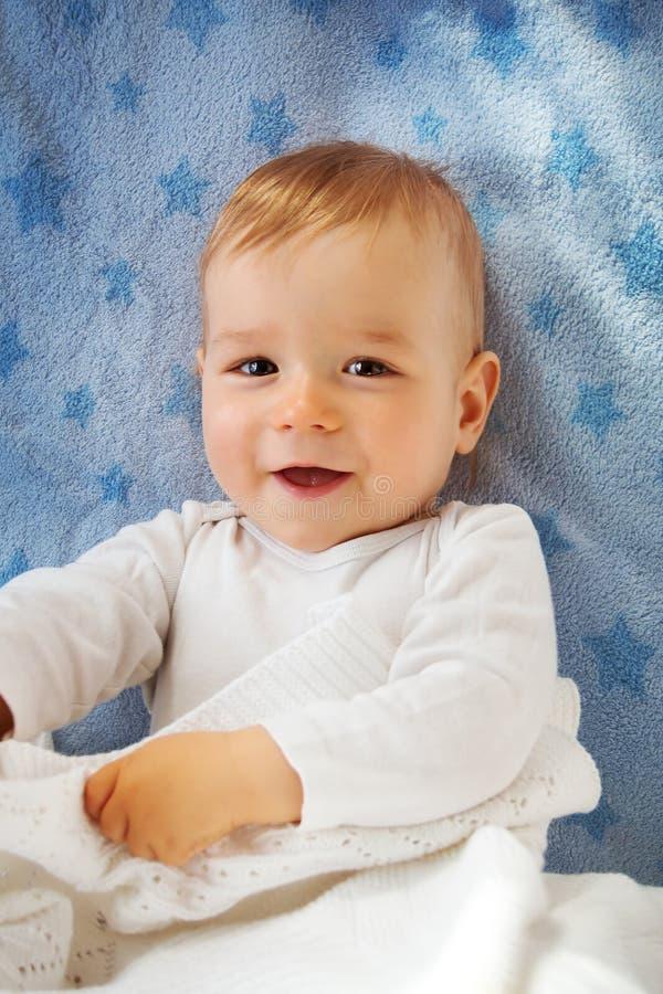 Bebê do bebê de um ano na cama imagem de stock royalty free