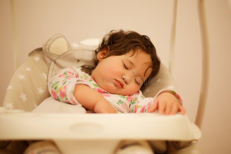 Bebê do Cazaque que dorme no balanço imagens de stock