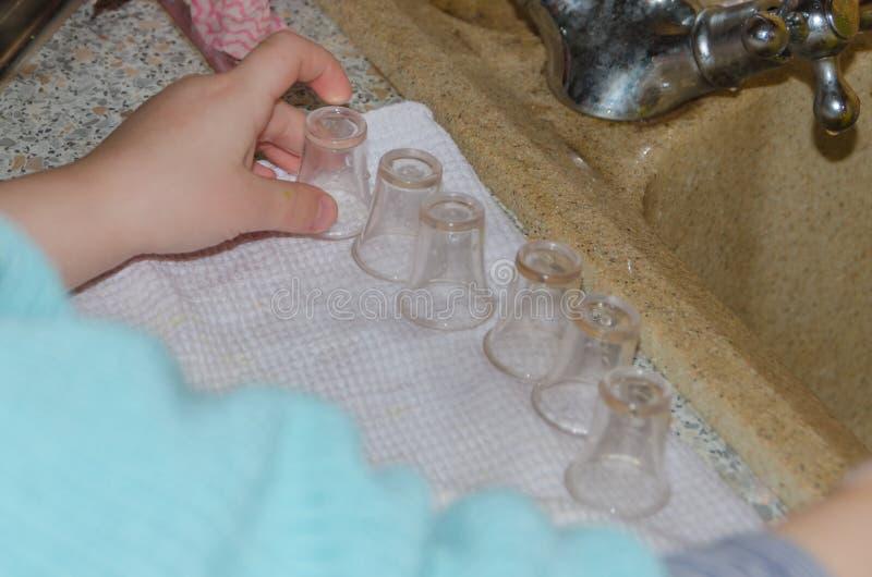 Bebê do close-up após ter lavado limpezas copos pequenos imagens de stock royalty free