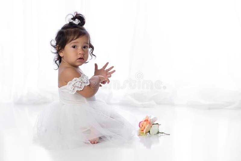 Bebê do bebê de um ano no vestido branco imagem de stock