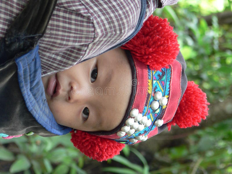 Bebê do hilltribe de Yao na mantilha tradicional, Laos do norte fotografia de stock