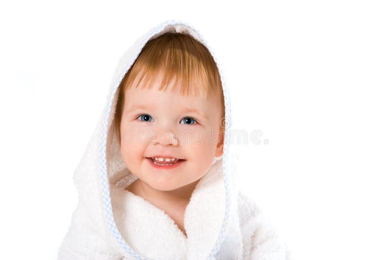 Bebê do sorriso da beleza na toalha fotos de stock royalty free