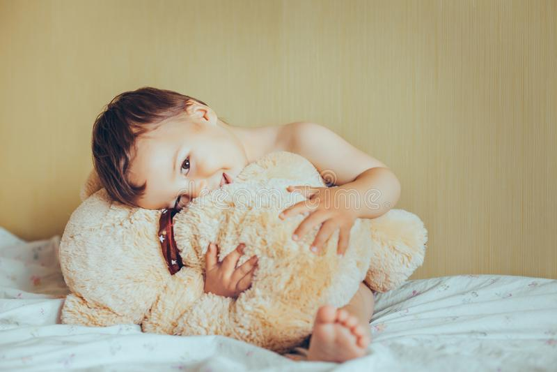 Bebê doce adorável com urso de peluche foto de stock