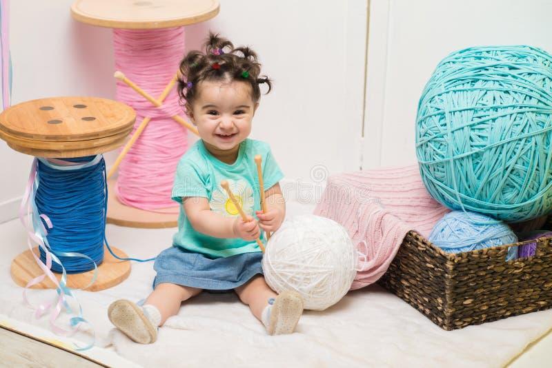 Bebê doce de sorriso feliz que senta-se no sofá, menina do aniversário, criança de um ano fotografia de stock royalty free