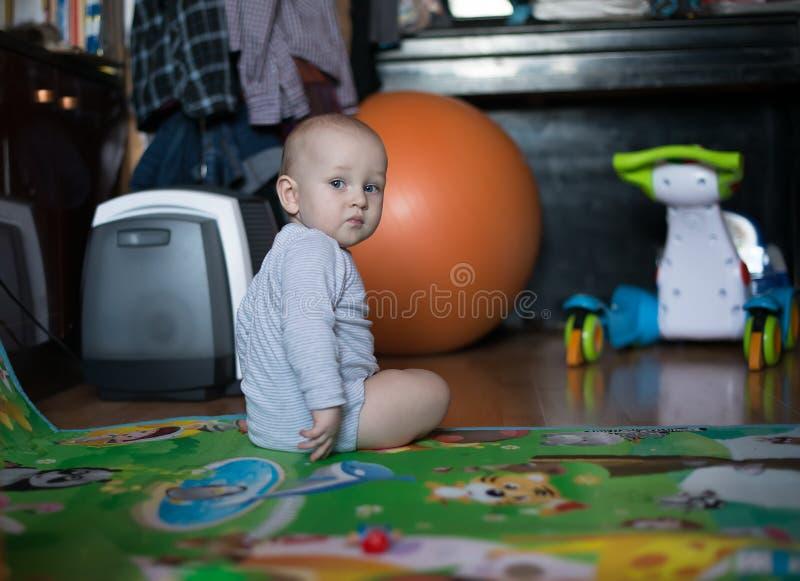 Bebê doce que senta-se e que olha sobre ela imagens de stock royalty free