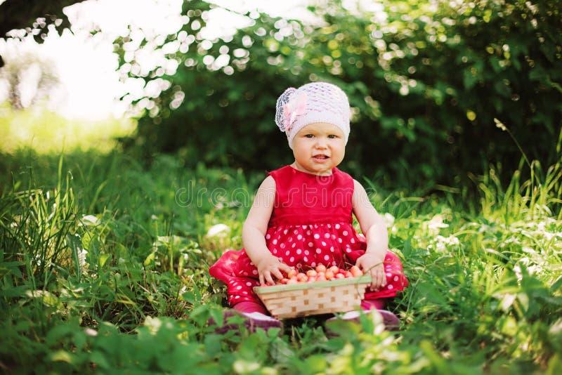 Bebê e cereja imagens de stock royalty free