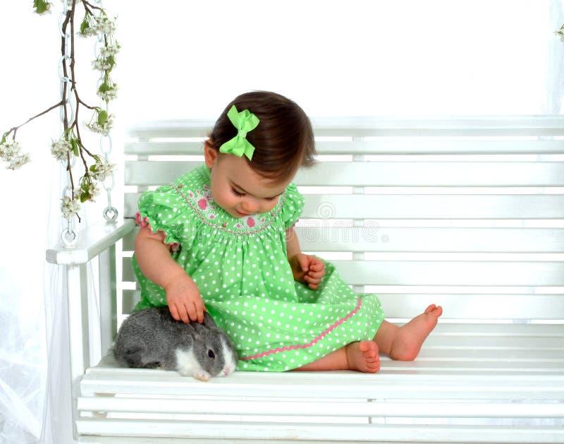 Bebê e coelho no balanço imagem de stock royalty free
